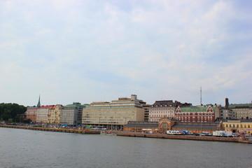 Blick auf den Hafen und die Skyline von Helsinki vom Meer aus