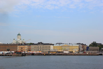 Blick vom Meer auf den Hafen und die Skyline von Helsinki
