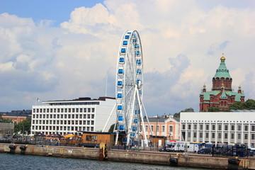 Der Hafen von Helsinki mit Riesenrad und der Uspenski-Kathedrale