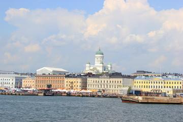 Blick auf den Hafen und die Skyline von Helsinki mit dem Dom