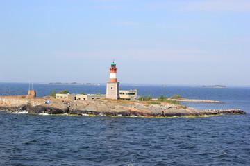 Leuchtturm auf einer Schäre im Meer vor Helsinki (Finnland)