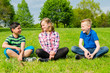 teenager sitzen auf einer wiese