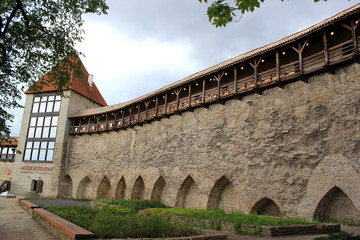 Teil der Stadtmauer von Tallinn mit dem Jungfernturm