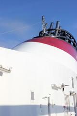 Der Schlot eines Kreuzfahrtschiffs
