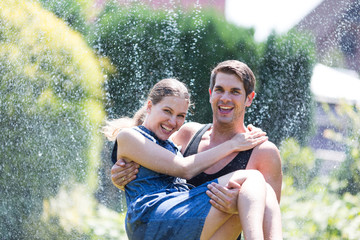 Paar unter dem Wassersprenger