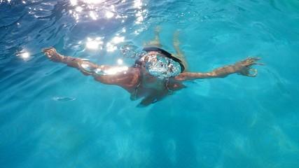 Mujer buceando en contraluz
