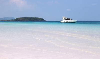 яхта на рейде на фоне острова