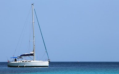 парусная яхта на стоянке в море
