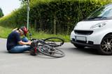frau hat schmerzen nach fahrradunfall