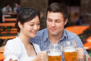 Mann und Frau auf dem Oktoberfest
