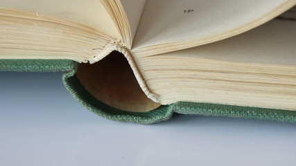 Altes Buch wird umgeblättert