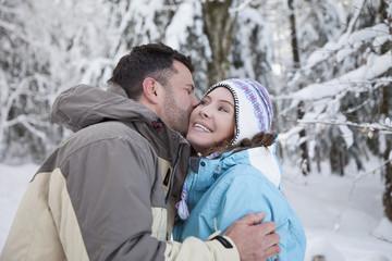 Paar in Winterkleidung, küssen