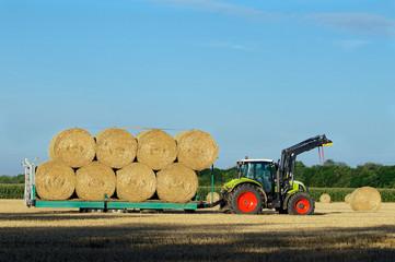 Traktor mit Strohballen