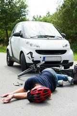 frau wird mit dem fahrrad überfahren