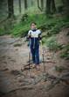 Kind beim Wandern im Wald