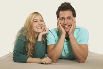 Paar liegt auf der Vorderseite,Lächeln,Portrait