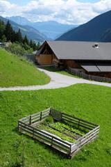 Bauernhof mti eingezäuntem Minigarten am Hang