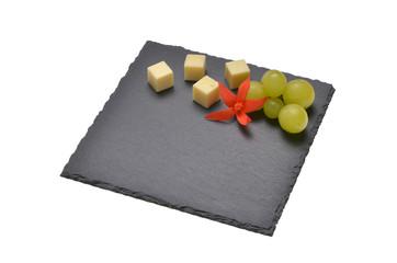 Schieferplatte auf weiss mit Käsesorten dekoriert