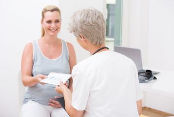 Beim Frauenarzt zur Mutterschaftsvorsorge