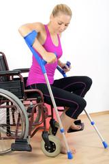 Frau ist gehbehindert und trainiert auf Krücken