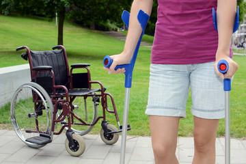 Frau ist gehbehindert und geht an Krücken