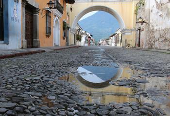 Arco en calle principal de Antigua Guatemala
