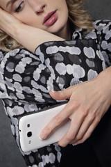 femme triste avec téléphone