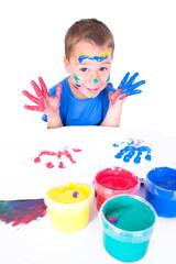 kleiner Junge malt mit Fingerfarben