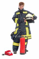 Feuerwehrfrau mit Telefon und Feuerlöscher