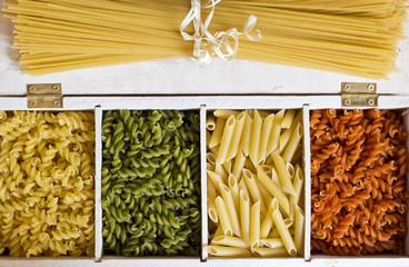 Espaguetis y macarrones de distintos colores