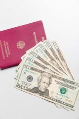 Dollarscheine und Reisepaß