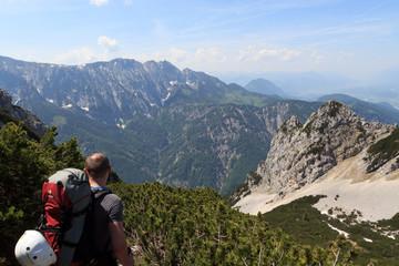 Bergsteiger blickt auf den Wilden Kaiser