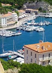 Vue sur le port de plaisance de Bonifacio en Corse du sud