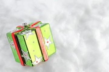 Weihnachtliches Geschenkpaket im Schnee