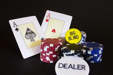 fotografia de cartas de poker com fichas y fondo negro