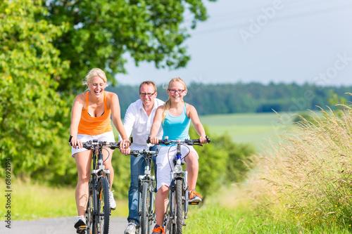 Familie fahren gemeinsam Wochenend Fahrradtour  - 68692194