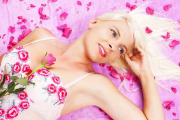 Hübsche blonde Frau mit Rosen