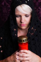 Religiöse Frau mit Grablicht