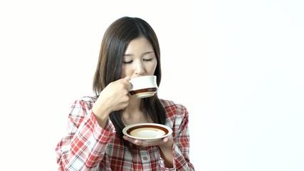 コーヒーを飲む笑顔の女性