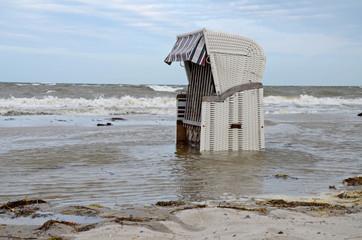 Strandkorb bei Sturm in der Ostsee