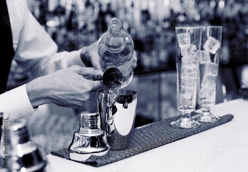 In de dag Buffet, Bar Bartender is making a cocktail