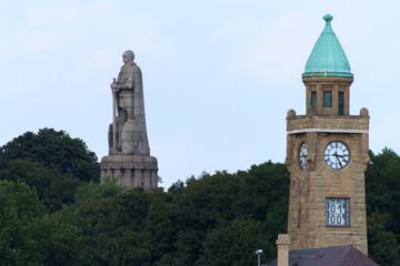 Hamburg - Landungsbrücken Pegelturm und Bismarck-Denkmal