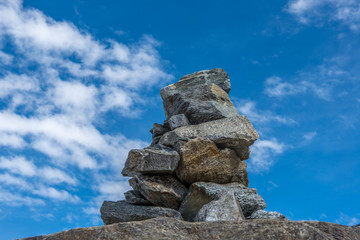 Steinmännchen vor blauem Himmel