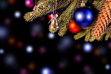 festlicher vielfarbiger Weihnachtshintergrund mit bunten Kugeln