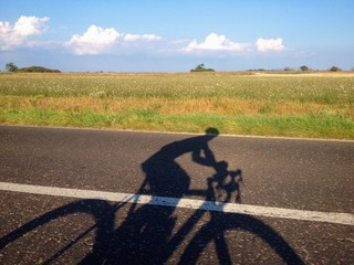 ombra di un uomo in bicicletta