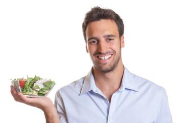 Lachender Mann präsentiert frischen Salat