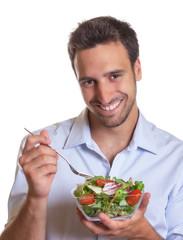 Lachender Mann freut sich auf seinen Salat