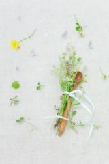 Holzlöffelchen mit Wiesenblumen