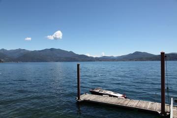 Ponton sur la rive du lac.