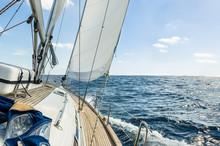Yacht voile dans l'océan Atlantique à la croisière journée ensoleillée